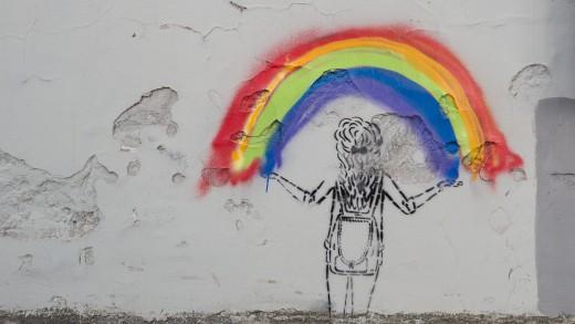 W ub.r. w różnych miejscach w Warszawie i Rembertowie pojawiły się graffiti i wlepki z postacią dziewczynki trzymającej tęczę. Reżyser wciąż poszukuje autora/autorki tej grafiki.