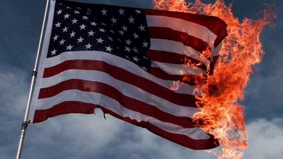Płonąca flaga USA