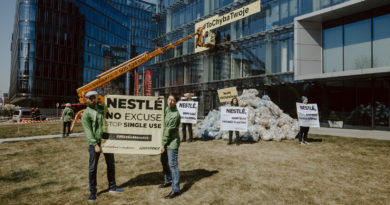 Greenpeace przywiózł Nestle 350 kilogramów plastikowych śmieci