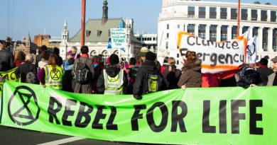 Tysiące aktywistów klimatycznych  zablokowało 5 londyńskich mostów