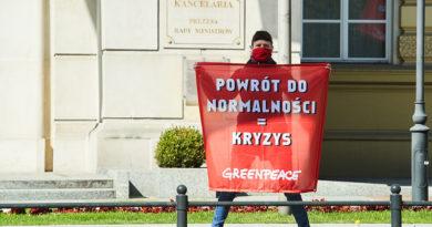 Akcja Greenpeace przed KPRM: Powrót do normalności=kryzys